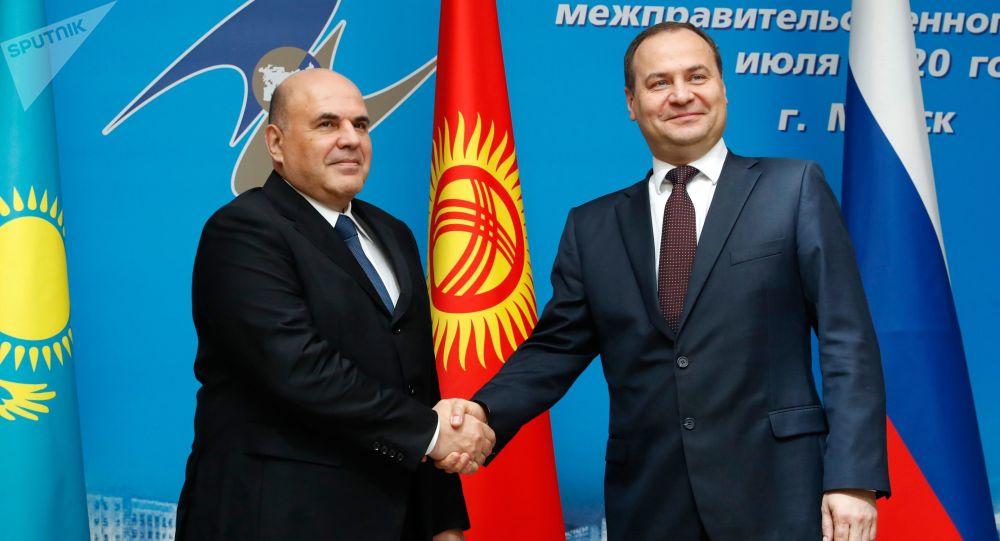 羅曼·戈洛夫琴科與米哈伊爾·米舒斯京(資料圖片)