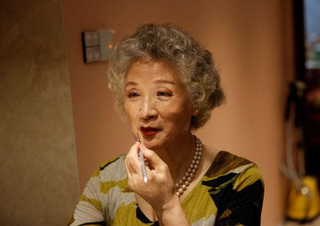 74歲的「Glamma Beijing」模特組合成員王念文正在化妝