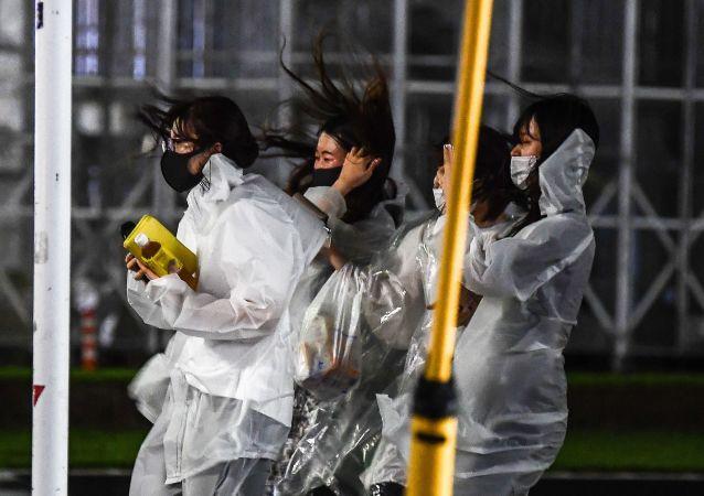 """台风""""卢碧""""过境 日本30多万居民接到疏散指令"""