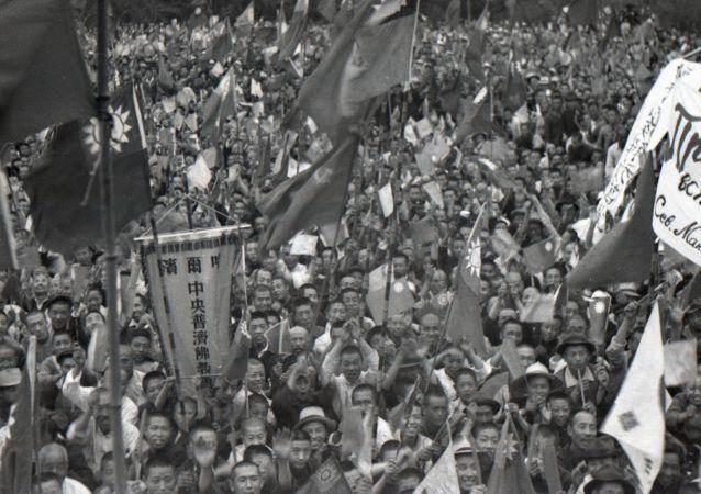 1945年8月,哈尔滨市民欢迎苏军入城