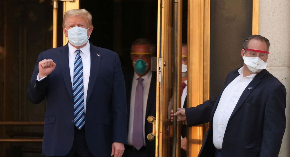 美国总统特朗普(左)