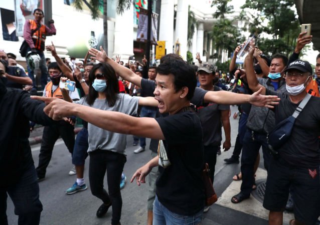 泰国警察对示威者使用水枪和催泪物