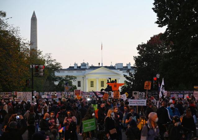 美国白宫附近积极分子抗议呼吁统计所有选举投票