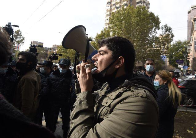 媒體:亞美尼亞總理反對者封鎖久姆里通往格魯吉亞邊界的公路