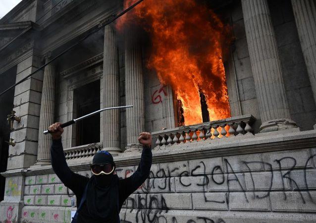 危地马拉抗议者焚烧国民议会大厦