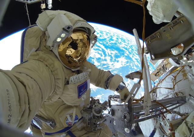 国际空间站的宇航员在不眠夜后准备太空行走