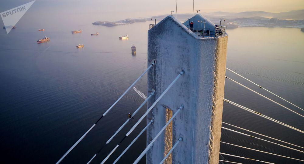 俄哈巴羅夫斯克4名登山運動員將協助清理俄羅斯島橋梁掛冰