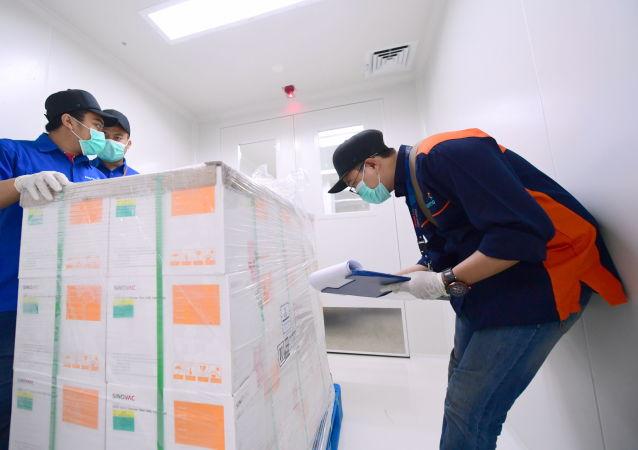 中国军队向几内亚和毛里塔尼亚军队援助新冠疫苗