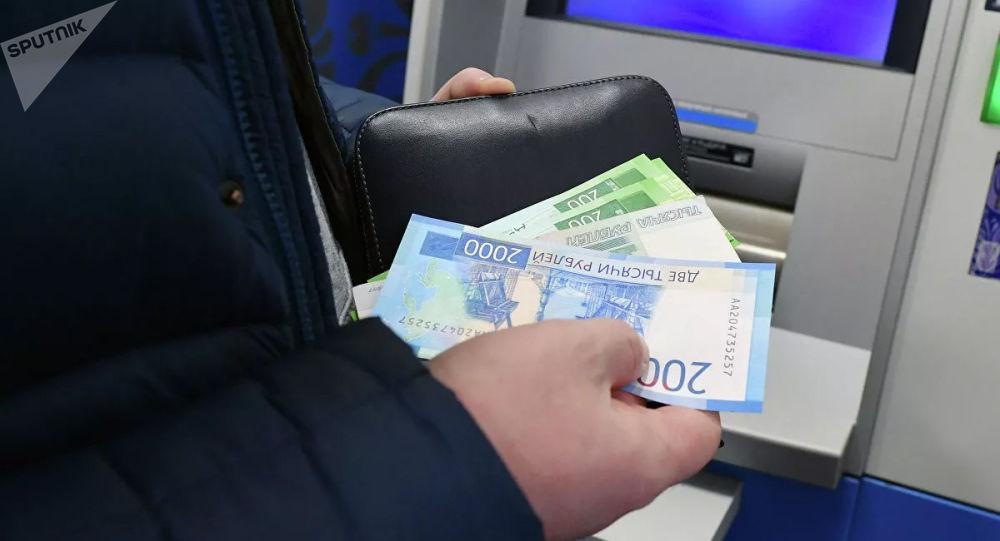专家解释俄罗斯人存钱的目的