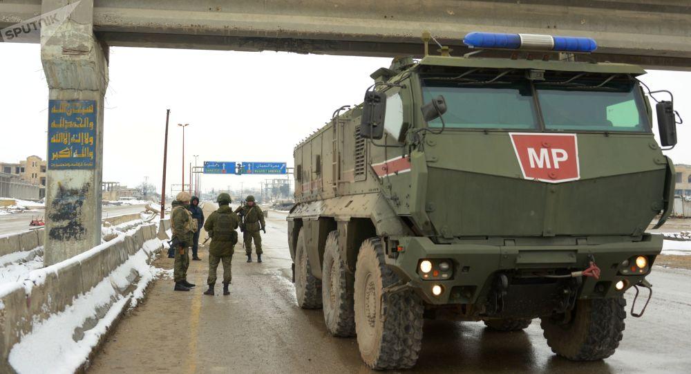 俄軍人對敘利亞哈塞克至阿勒頗公路實施巡邏