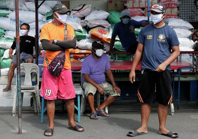 媒体:菲律宾首都政府在街上放置冷柜 存放新冠死者遗体