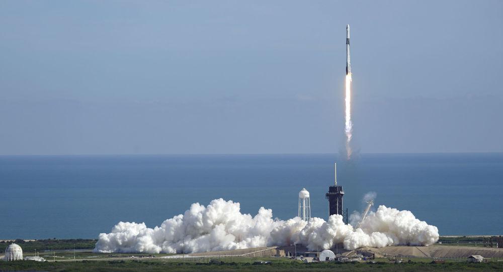 美国猎鹰9号火箭搭载新的星链卫星在佛罗里达发射