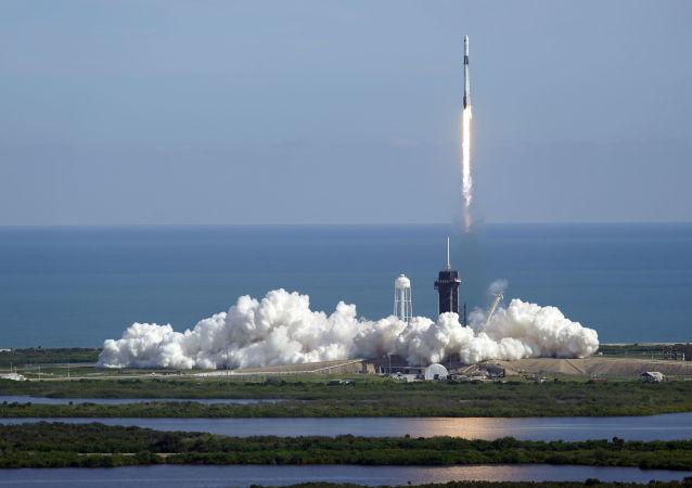 美航空航天局:「獵鷹9「號運載火箭攜「龍」貨運飛船在佛羅里達州發射