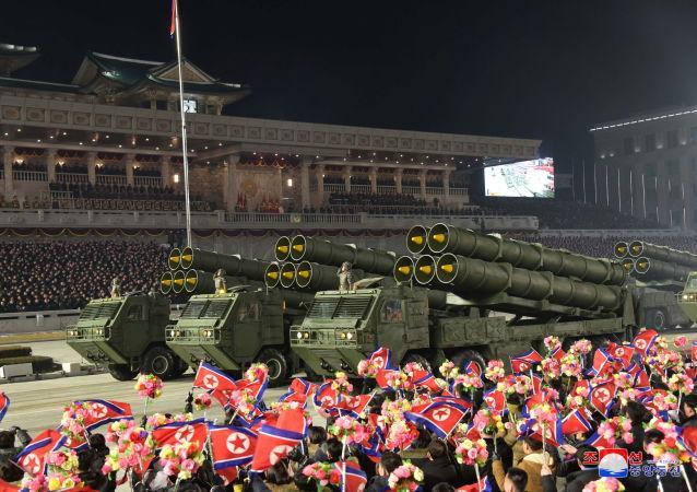 朝鮮在閱兵式上展示潛射彈道導彈