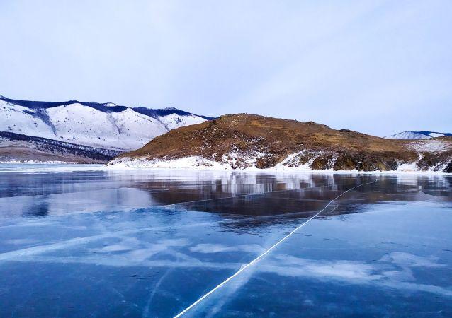 俄运动员计划在贝加尔湖冰下游泳80米创造吉尼斯纪录