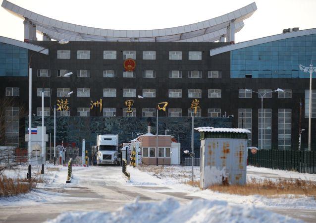 超200辆卡车聚集在中俄边境外贝加尔斯克国际公路口岸