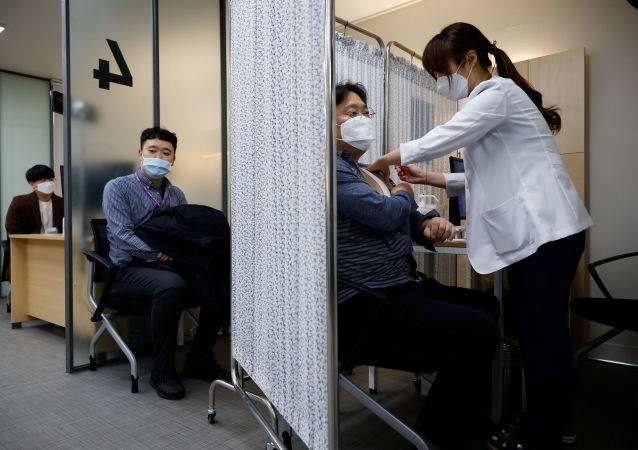"""调查:大多数韩国人支持在本国使用""""卫星V""""疫苗"""