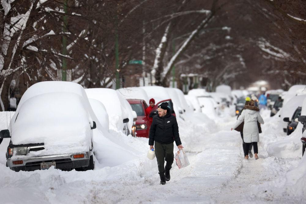芝加哥,人们走在积雪覆盖的街上。