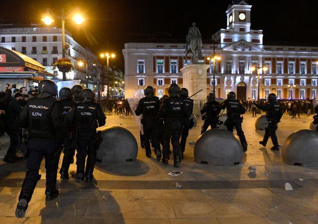 西班牙警方在騷亂期間拘捕數十名抗議者