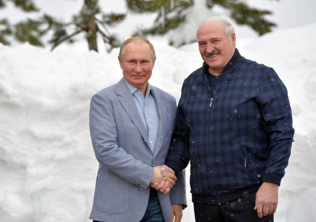 俄罗斯总统普京(左)与白俄罗斯总统卢卡申科