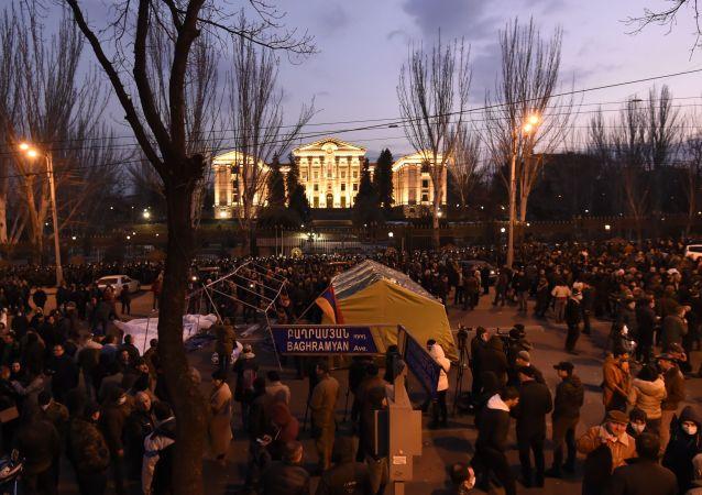 200名亞美尼亞總理的反對者在埃里溫議會附近宿營