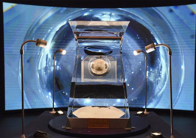 嫦娥五号从月球带回的月球样品亮相中国国家博物馆