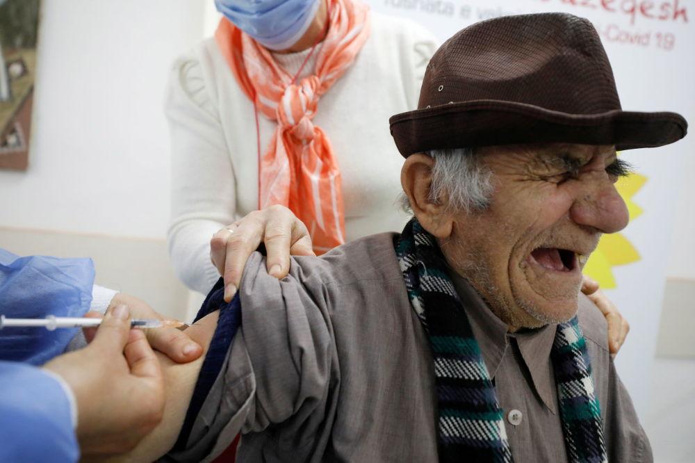 阿尔巴尼亚费里市一老人接种新冠疫苗。