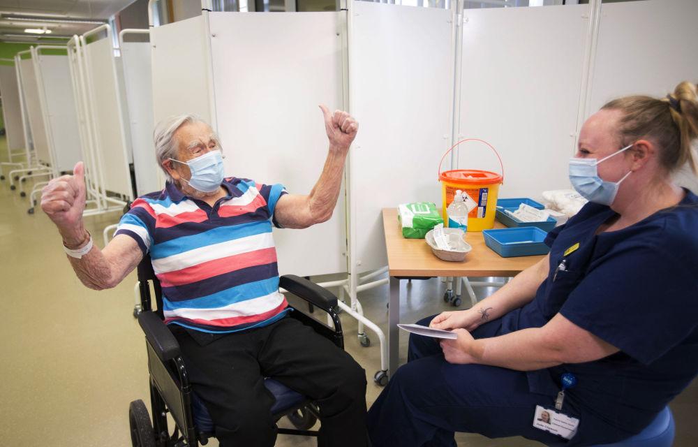 """英国布里斯托尔市98岁老人沃乌克斯接种""""辉瑞-BioNTech""""疫苗"""