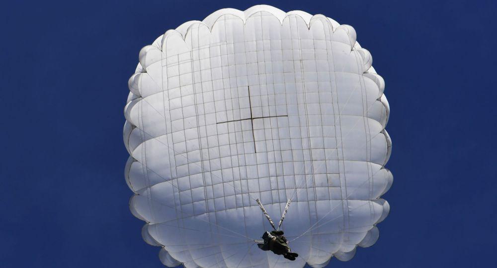 俄在克里米亚启动大型空降兵演习
