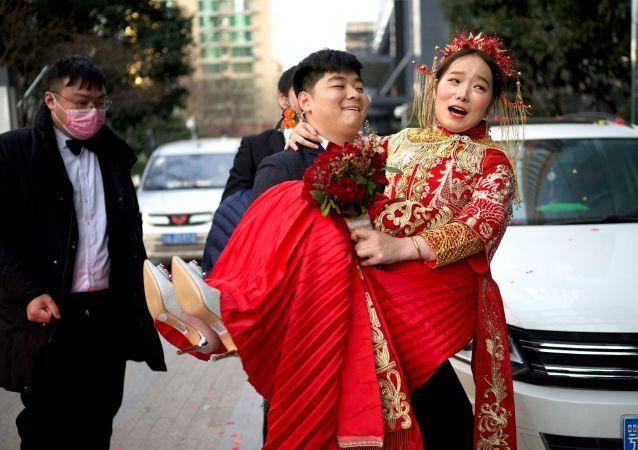 """中国将在流动人口增加的背景下试点推行婚姻登记""""跨省通办"""""""