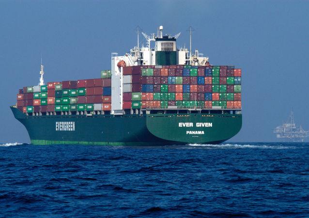 一艘集裝箱船在蘇伊士運河擱淺 百艘船隻航行受阻