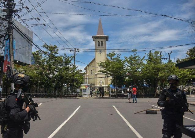 媒体:自杀式恐怖分子在印尼天主教教堂入口附近引爆炸弹