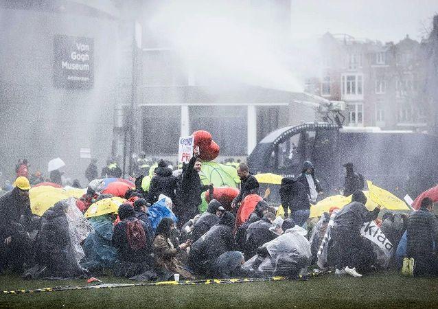 阿姆斯特丹警方用水炮驱散抗议者