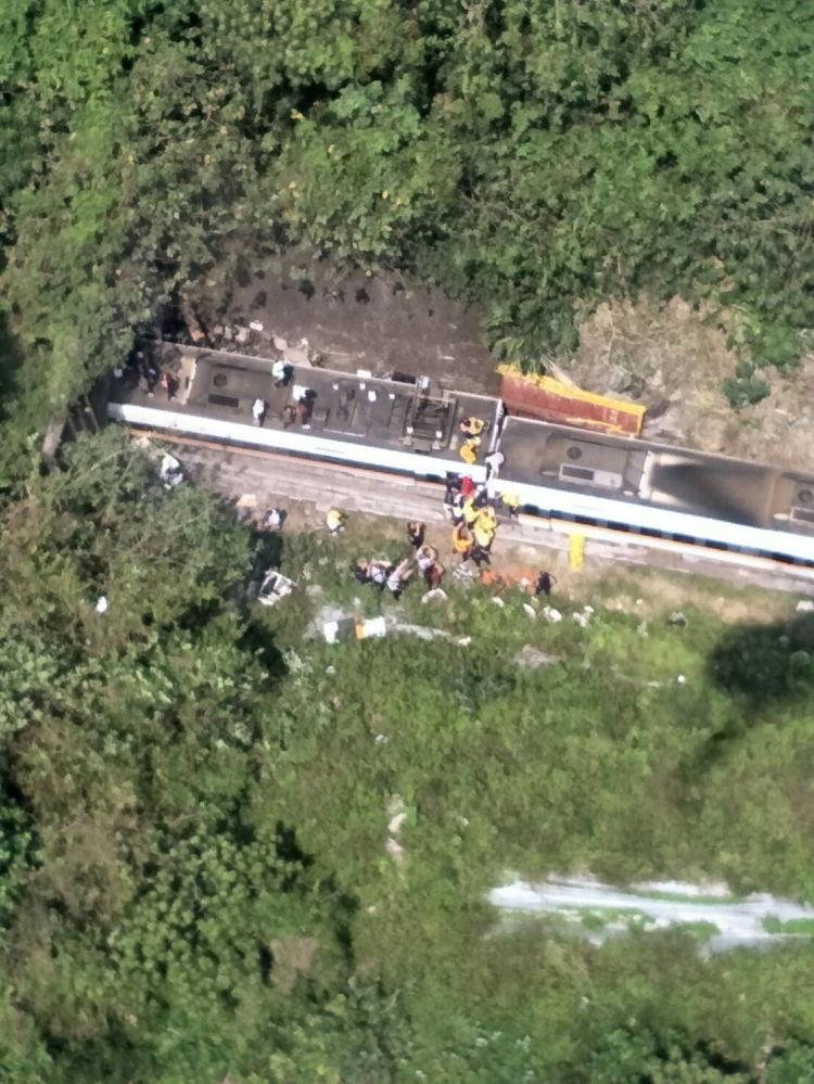 事故現場附近的救援人員。