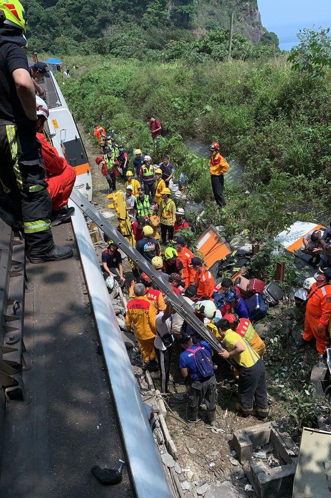 救援人員在事故現場疏散乘客。