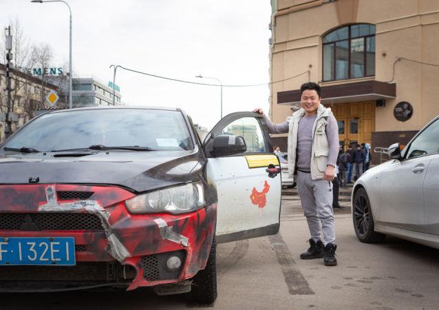 中國汽車旅行者楊勇在衛星通訊社附近