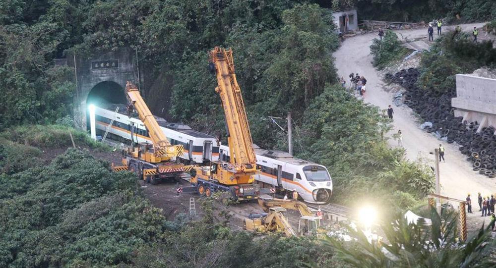 吊車正在吊離台鐵脫軌事故列車