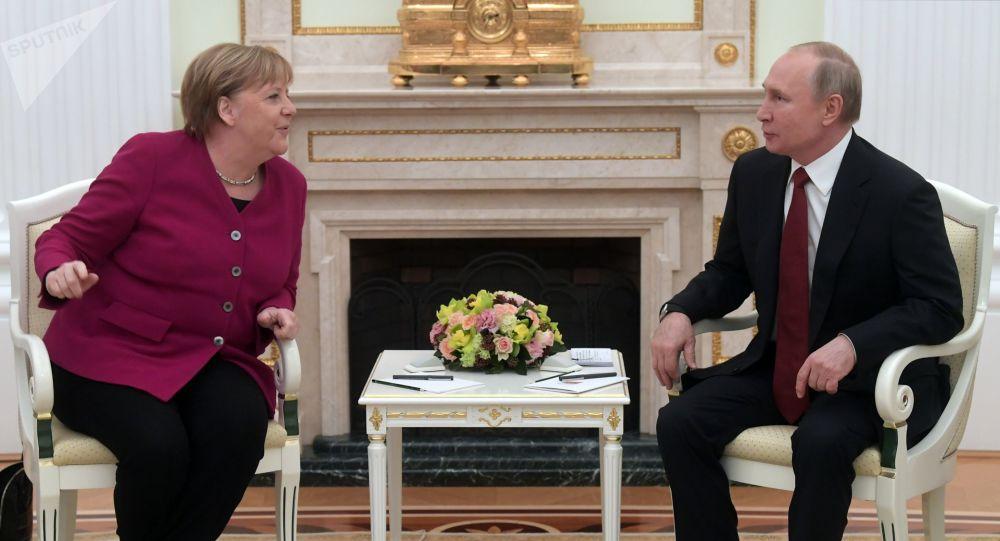 普京向默克尔通报6月16日俄美日内瓦峰会的结果