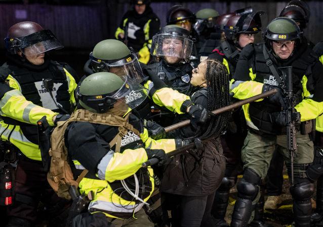 美國明尼蘇達州16日晚的騷亂中約100人被拘留