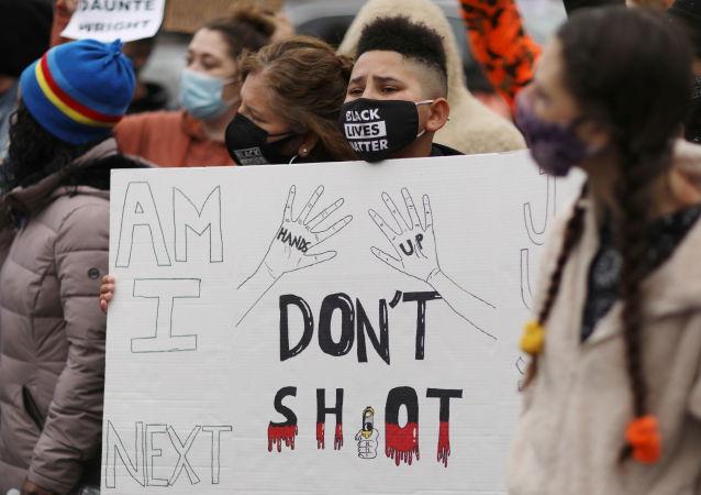 美明尼蘇達州抗議槍殺非裔男子的示威演變為趁亂搶劫