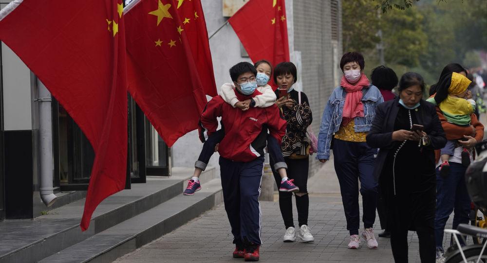 根据第七次中国全国人口普查结果,中国人口共14.1178亿人。