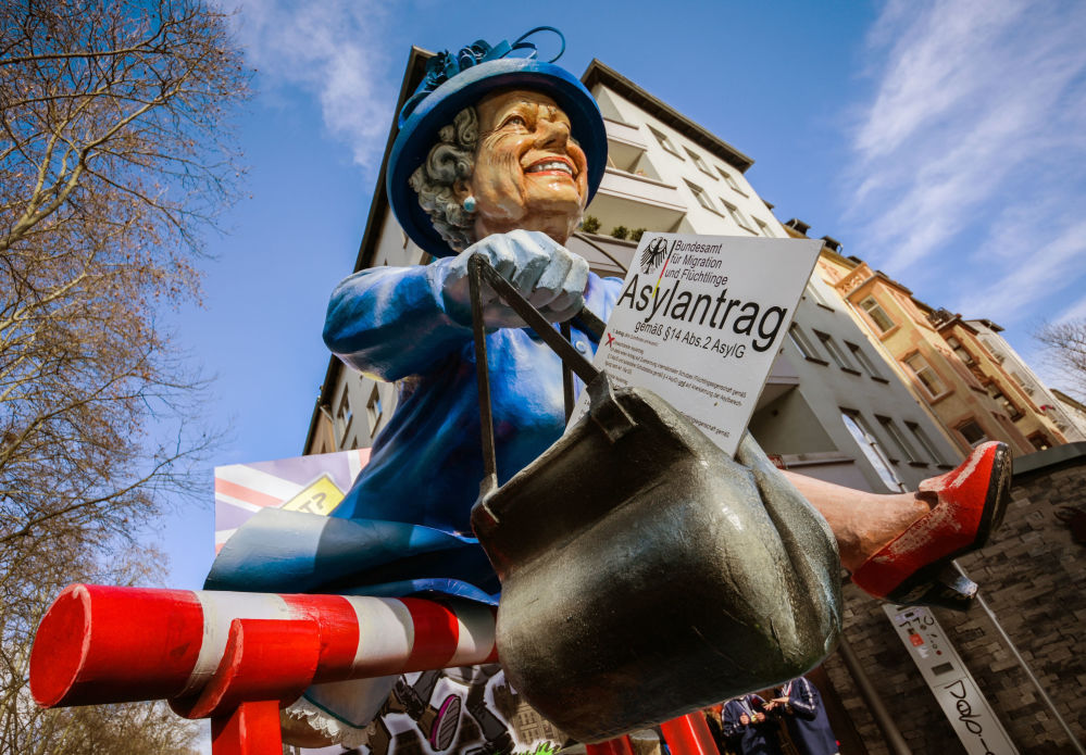 德国西部美因茨街头狂欢节上的伊丽莎白二世女王玩偶。
