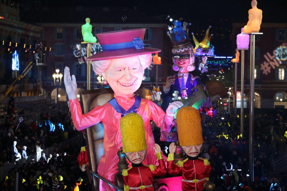 法国尼斯狂欢节期间,以伊丽莎白二世女王为原型制作的巨型人偶模型。