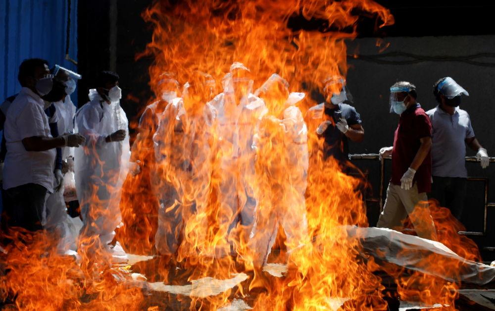 新德里市居民见证亲属火化。
