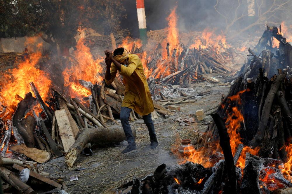 印度新德里的火葬場在露天火化死者