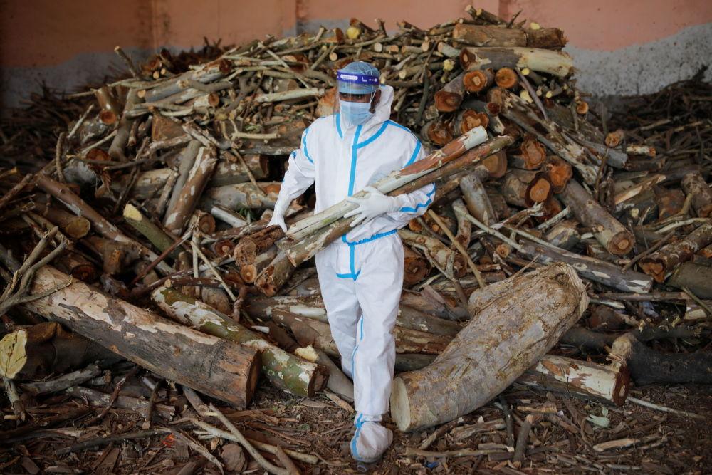 印度新德里火葬場的一名男子正在準備火化用的柴火