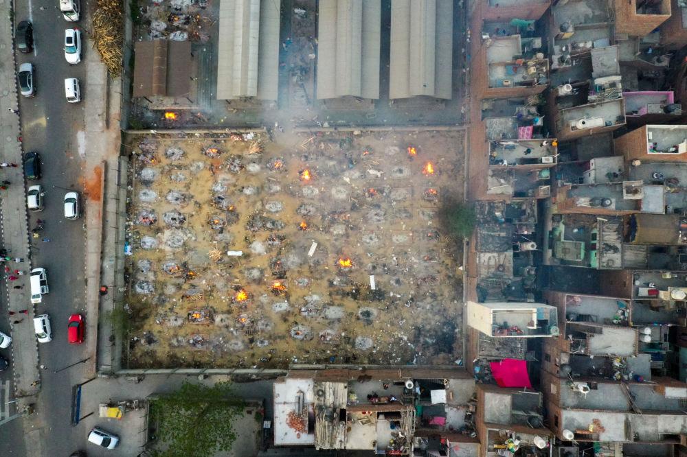 從空中航拍印度新德里的大規模露天火葬場