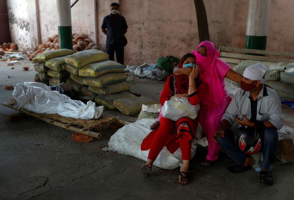 印度大量感染新冠病毒的死者被露天火化