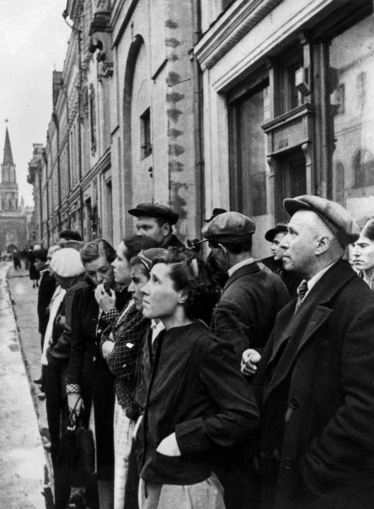 1941年6月22日,首都市民收聽廣播中關於法西斯德國背信棄義入侵蘇聯的報道。