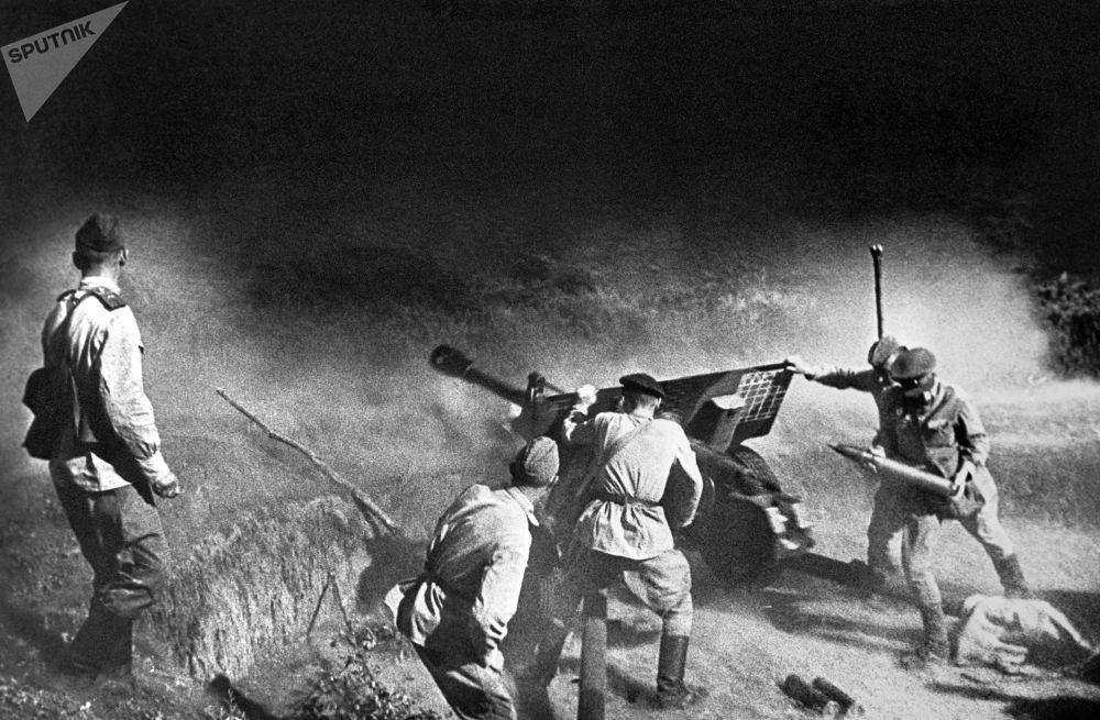 戰鬥中的炮兵,北高加索,1943年。